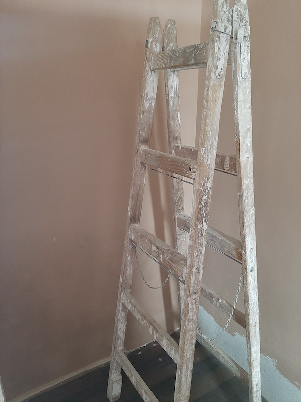 festési munkálatok közben, falfestés