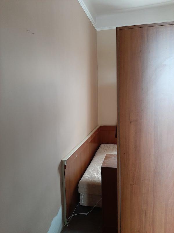 festési munkalátok közben, az új és a régi festés  árnyalatbeli eltérése látható a 2 fal között